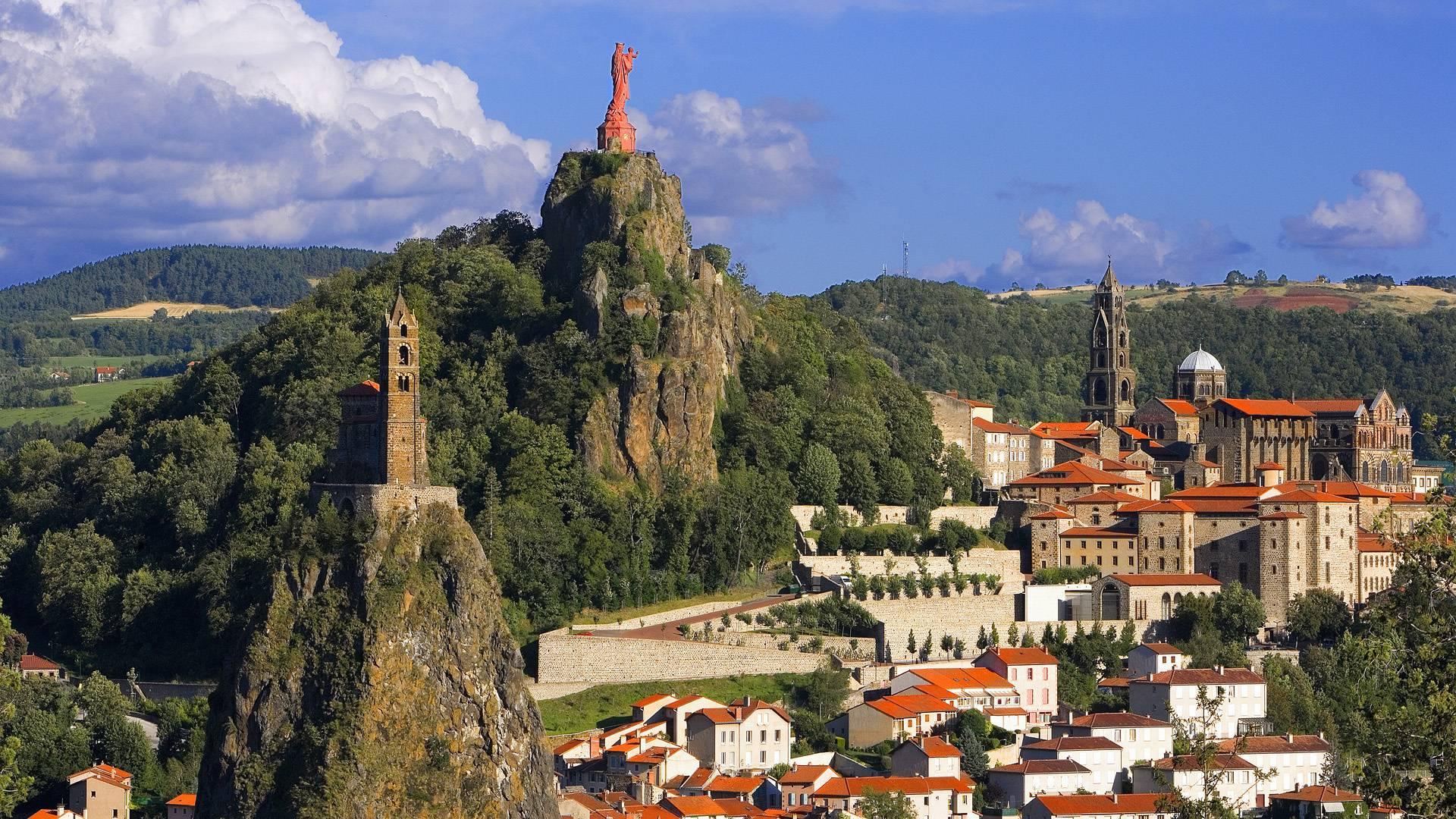 Le Puy-en-Velay, een van de mooiste plaatsen die de Tour aandoet dit jaar (Foto: Panoramio)