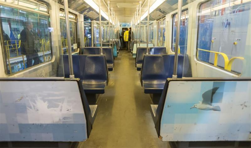 Man doodgestoken in metro Amsterdam