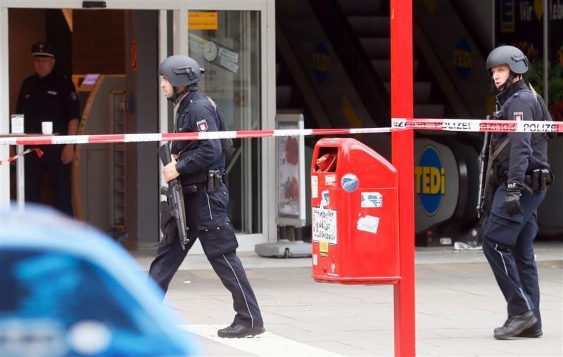 Politie doorzoekt asielcentrum na mes-aanval