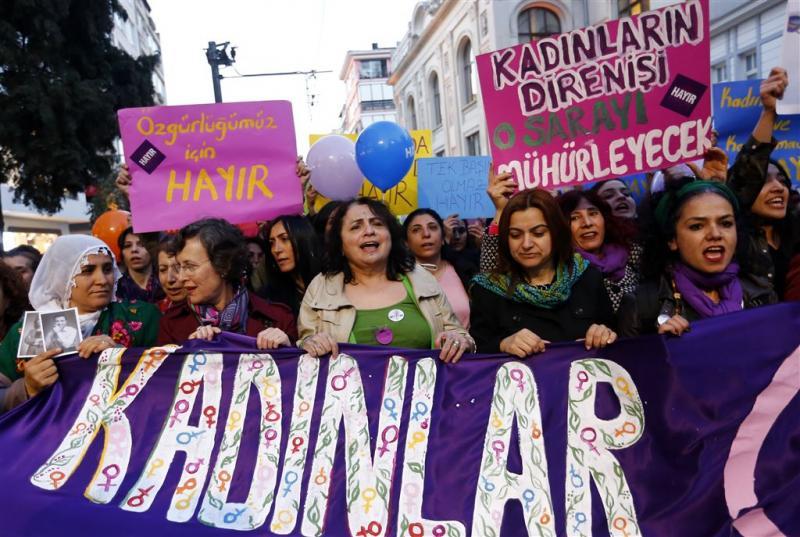 Turkse vrouwen betogen voor 'kledingrechten'