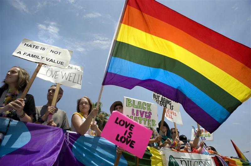 Pride Amsterdam begint met demonstratieve mars