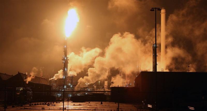 Fabrieken Shell-Pernis grotendeels stilgelegd