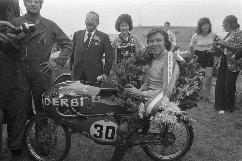Nieto na zijn overwinning in Assen in 1972 (WikiCommons/Peters, Hans / Anefo)