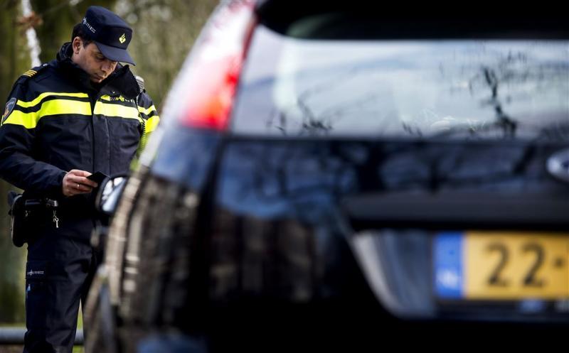 Politie haalt slapend kind uit auto