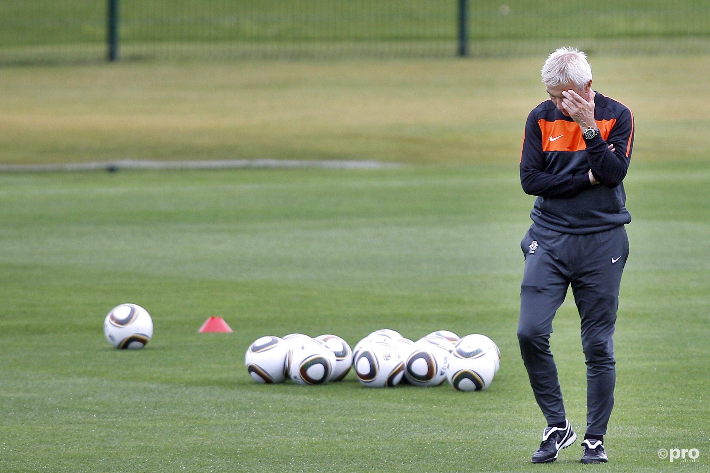 Ook Bert van Marwijk is al ernstig hard aan het nadenken over zijn opstelling voor de manager (Pro Shots/Stanley Gontha)