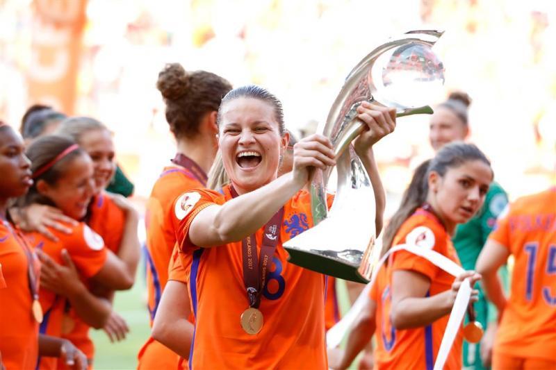 Oranjevrouwen gehuldigd in Utrecht