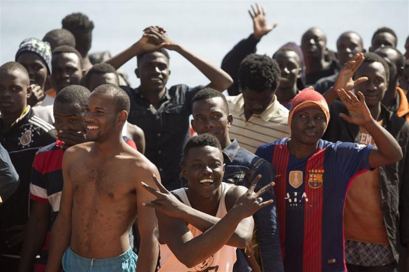 Vluchtelingenboot meert aan tussen toeristen