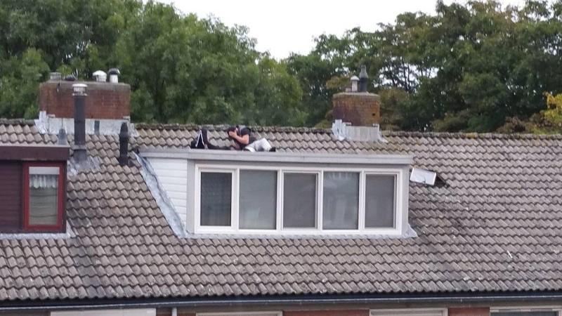 Politie: 'kom van dat dak af!' (Foto: Politie.nl)