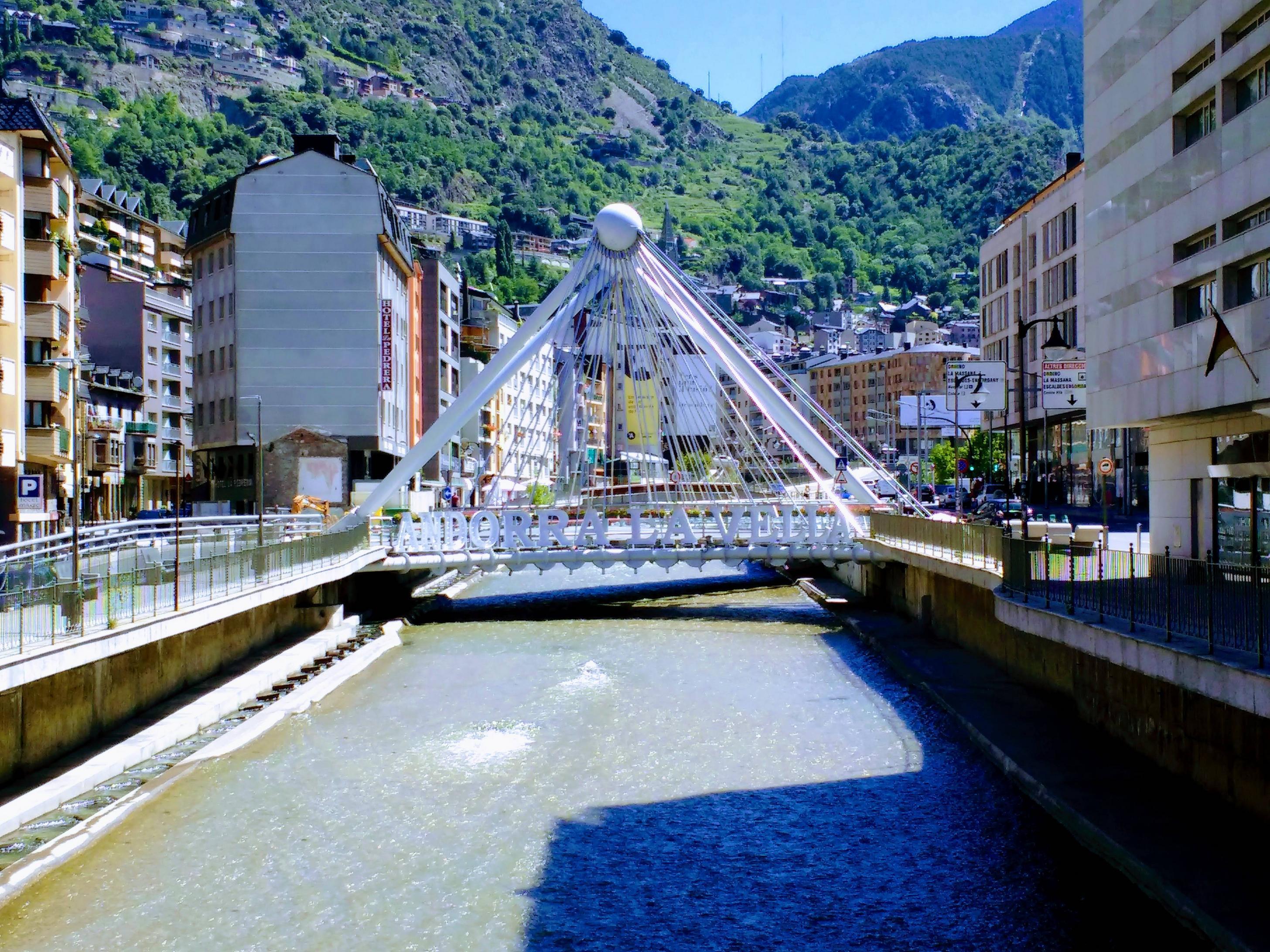 De brug in Andorra la Vella valt wel op (Foto: Panoramio)