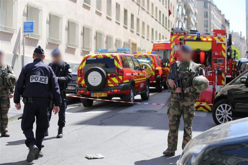Auto rijdt tegen bushokjes Marseille: 1 dode