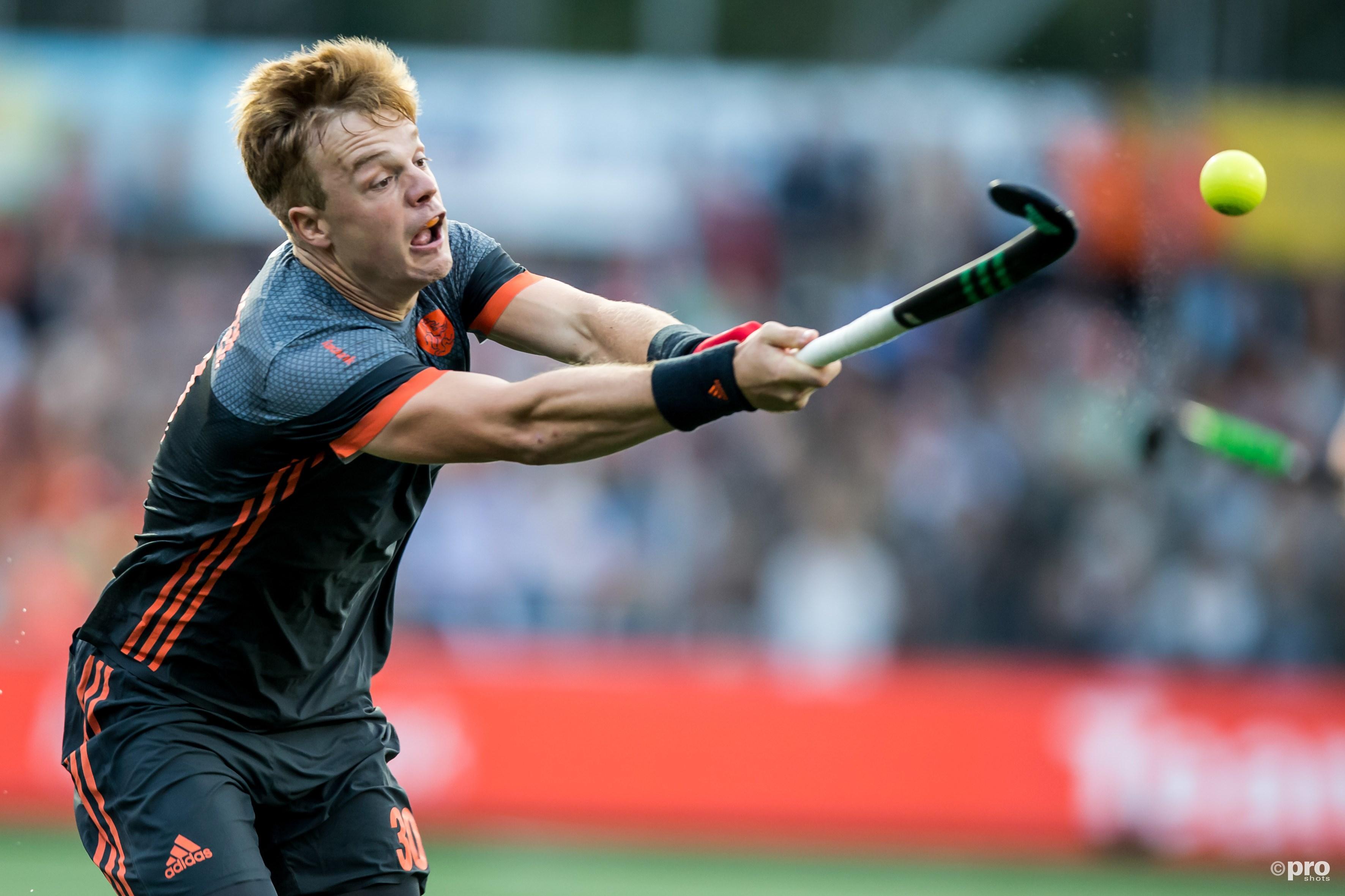 Mink van der Weerden in duel met de bal. (PRO SHOTS/Kay Int Veen)