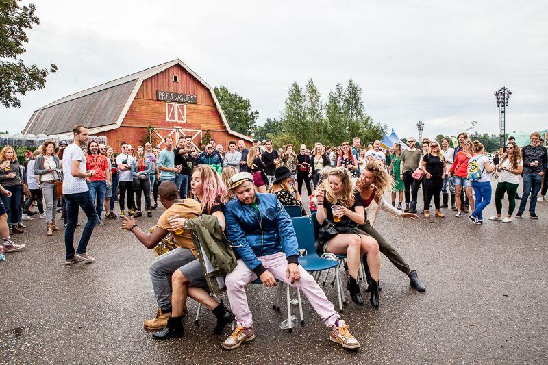 Niets is te gek op Lowlands: we doen gewoon de stoelendans (Foto: Michella Kuijkhoven)