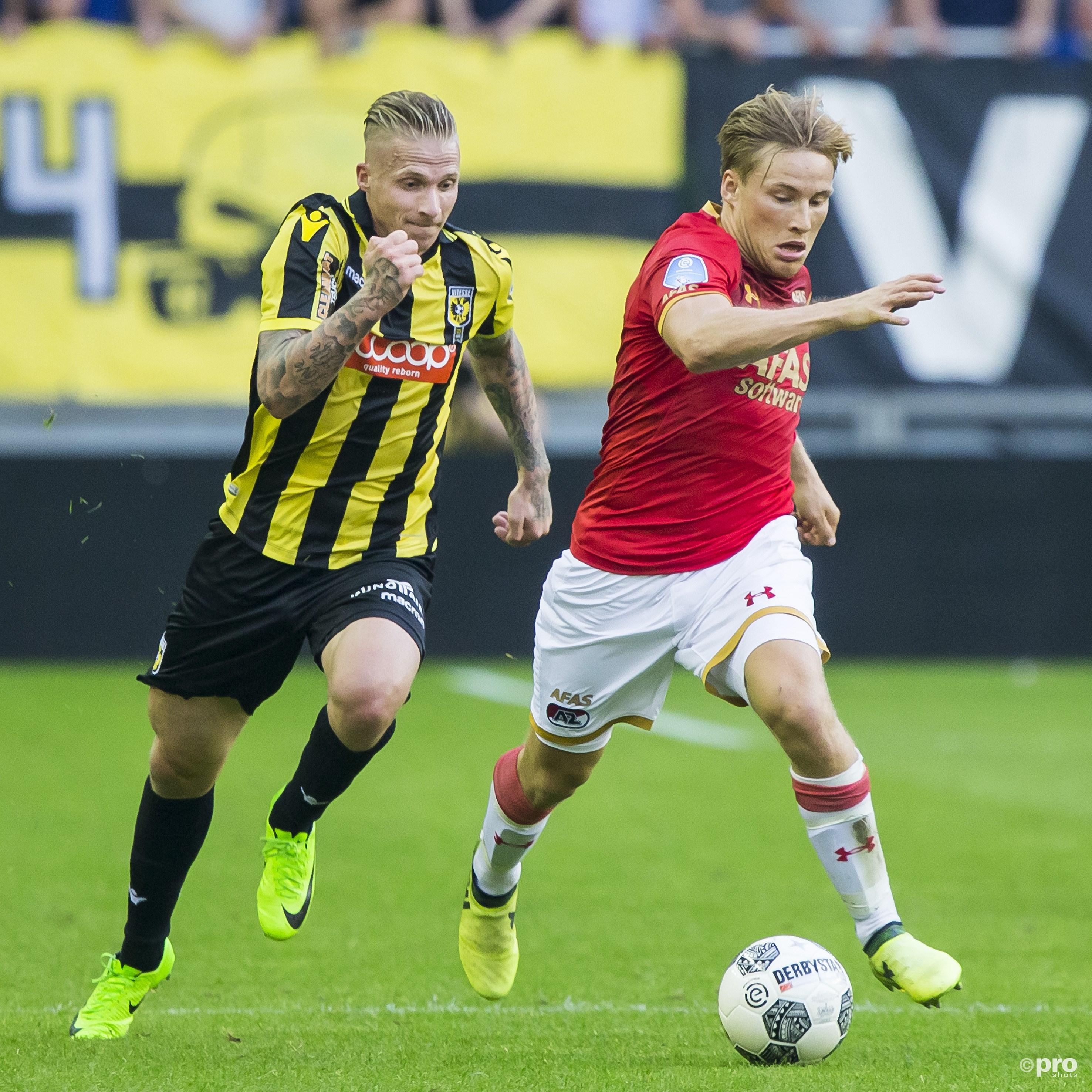 Vitesse-speler Alexander Buttner (l) met AZ-speler Jonas Svensson (r). (PRO SHOTS/Erik Pasman)
