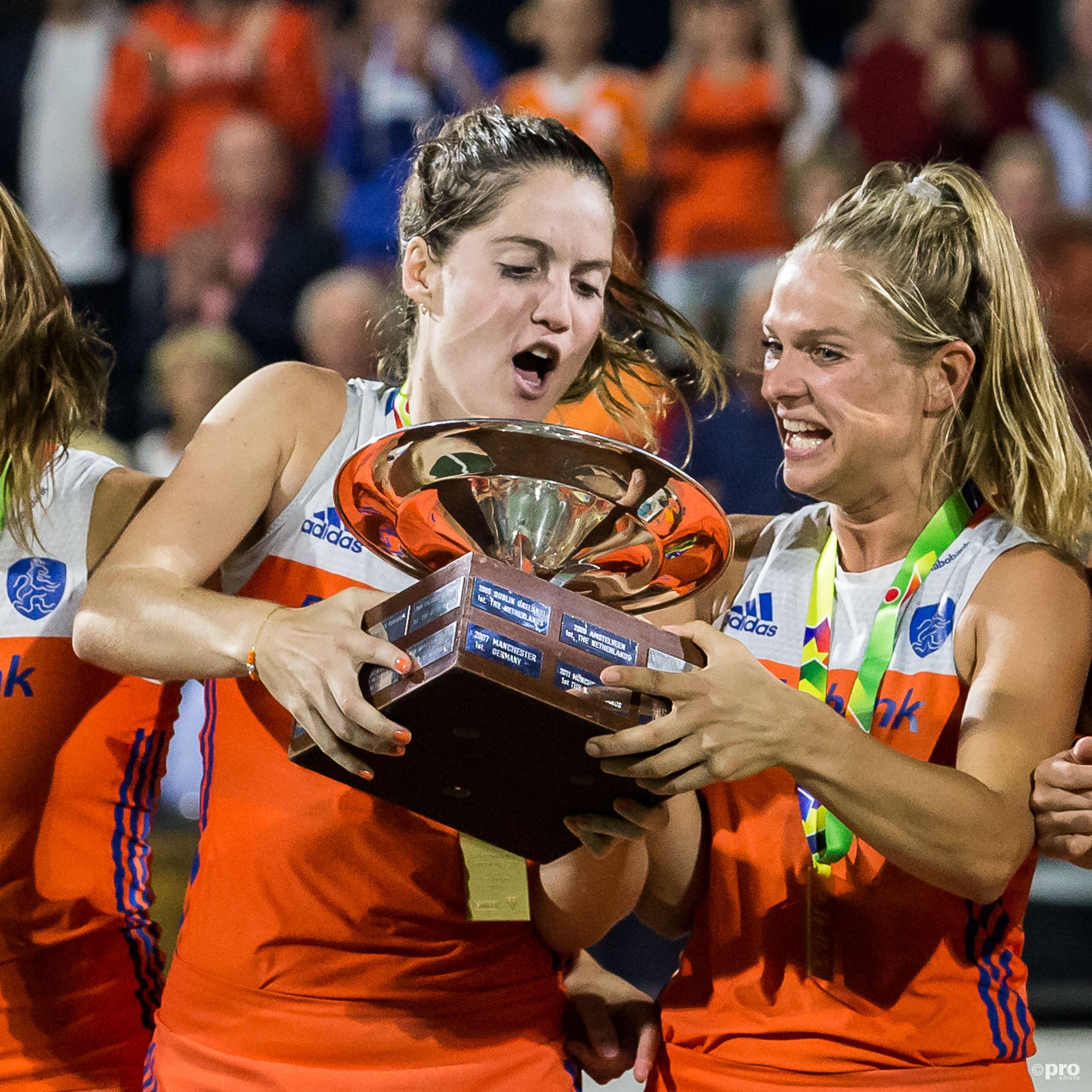 Nederlands elftal speelsters Marloes Ketels (l) en Kitty van Male met de beker. (PRO SHOTS/Dennis Wielders)