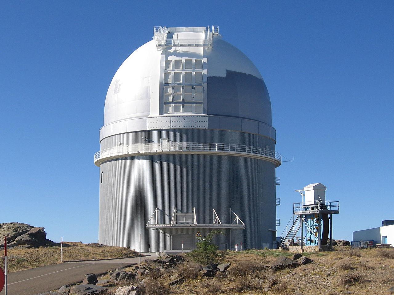 Een van de grote telescopen bovenop Cala Alto (Foto: WikiCommons)