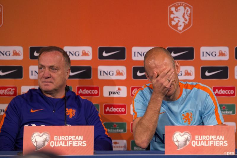 Wat is er gebeurd tijdens de persconferentie van het Nederlands elftal dat Arjen Robben er zo bijzit? (Pro Shots / Stanley Gontha)