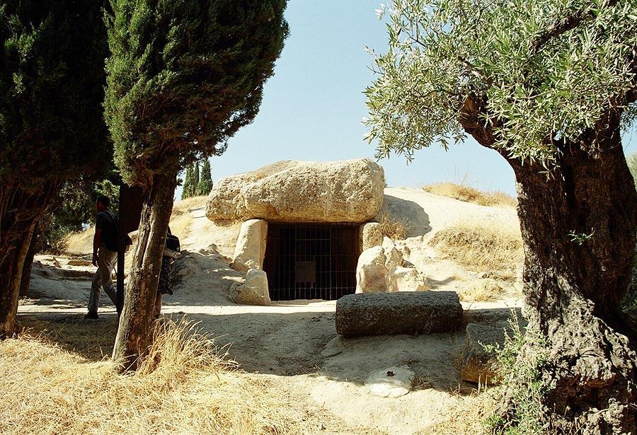 De toegang tot Menga, een van de hunebedden (Foto: WikiCommons)