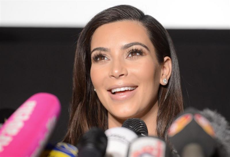 Kim Kardashian poseert naakt in boom