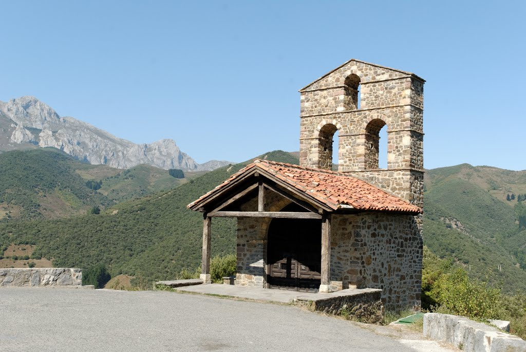 Hartstikke mooi, zo'n klein kerkdingetje bovenop een heuvel (Foto: Panoramio)