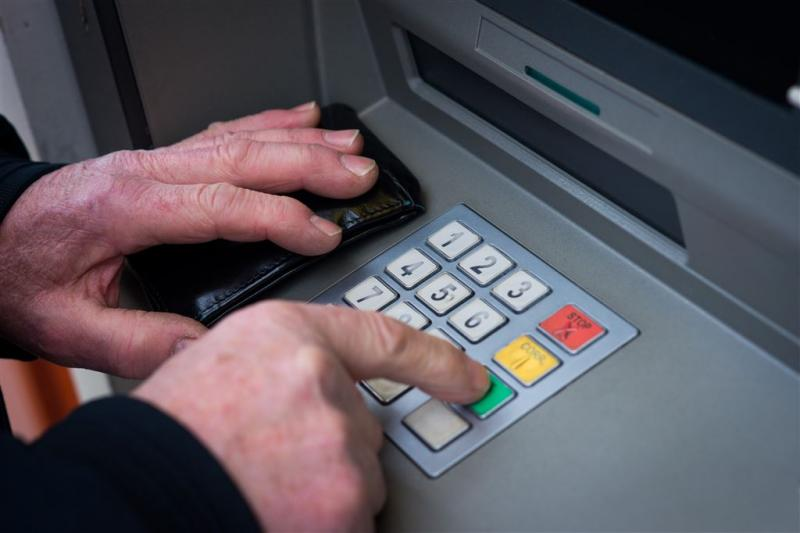 Dieven trekken geldautomaat de straat op