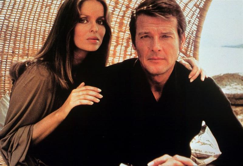 Fans gedenken verjaardag Moore met 007-film