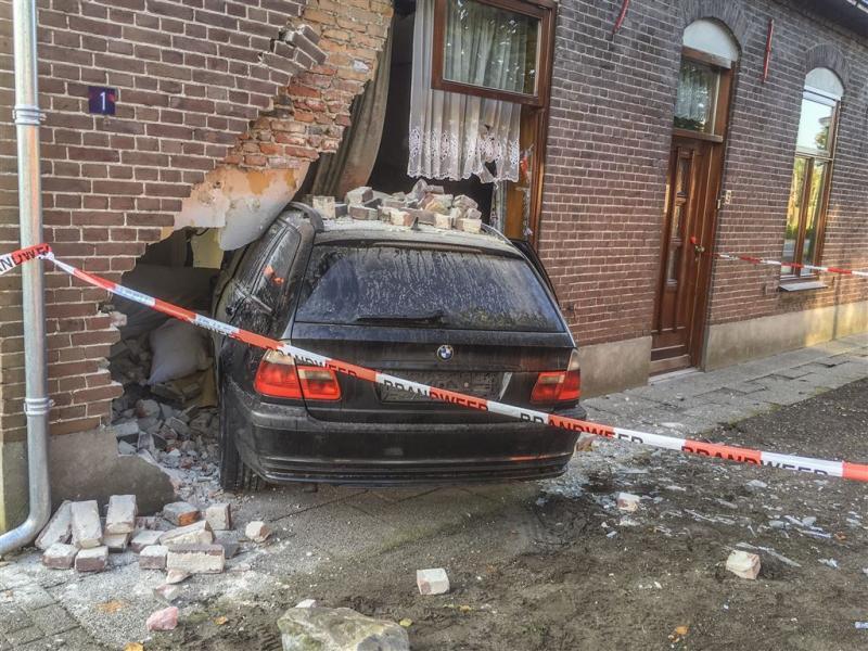 Auto rijdt huis binnen, bewoner zwaargewond