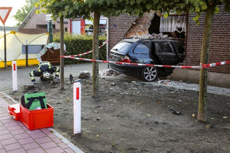 Bewoner huis overleden na binnenrijden auto