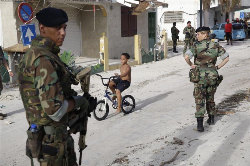 'Mariniers keken toe bij plunderingen St.Maarten'