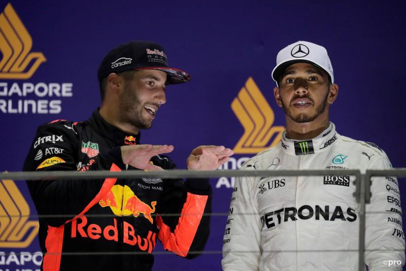 Wat vertelt Red Bull-coureur Daniel Ricciardo hier aan Mercedes-coureur Lewis Hamilton na de Grand Prix van Singapore (Pro Shots / Action Images)
