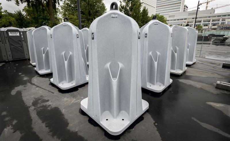 Vrouwen doen protestplasje in urinoirs