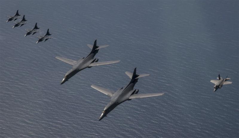 Spierballenvertoon luchtmacht VS bij Korea