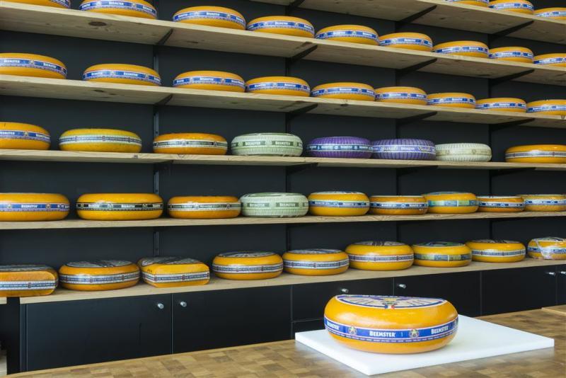 Online loeren achter toonbank kaaswinkel