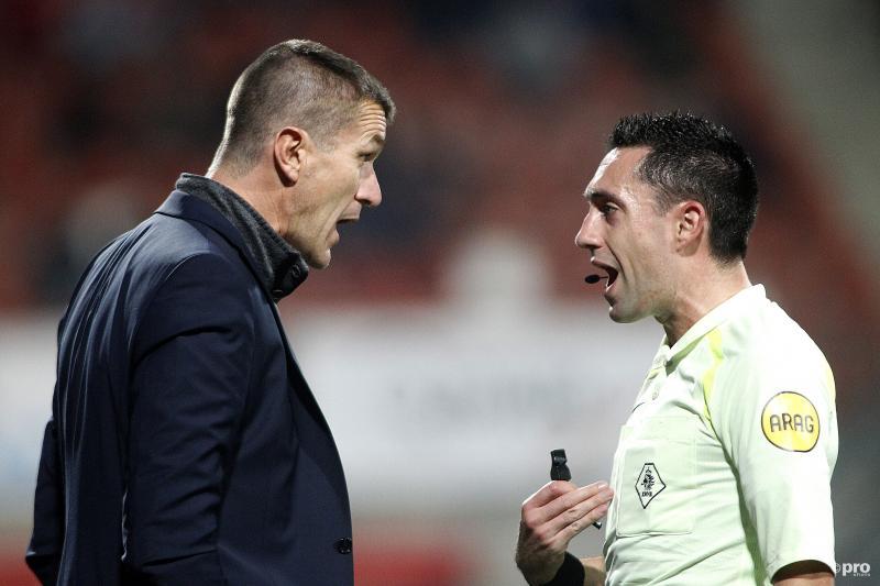 Cambuur-trainer Marinus Dijkhuizen heeft een onderonsje met arbiter Dennis Higler, maar wat wordt er nou precies gezegd? (Foto: Pro Shots/Paul Roling)
