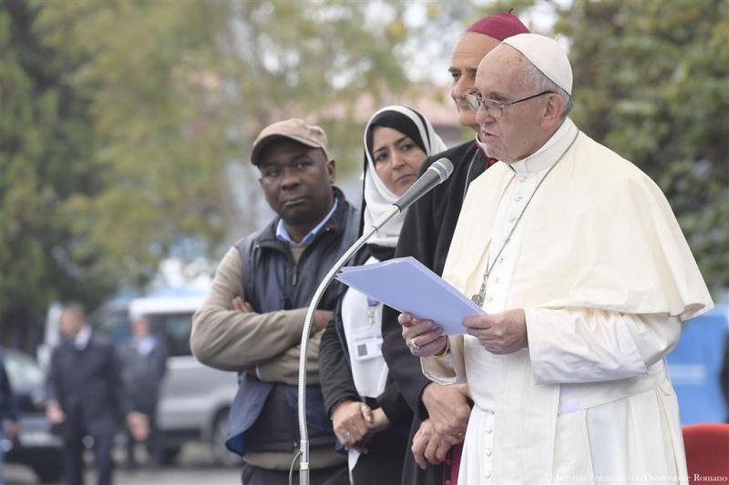 Paus draagt naambandje vluchteling