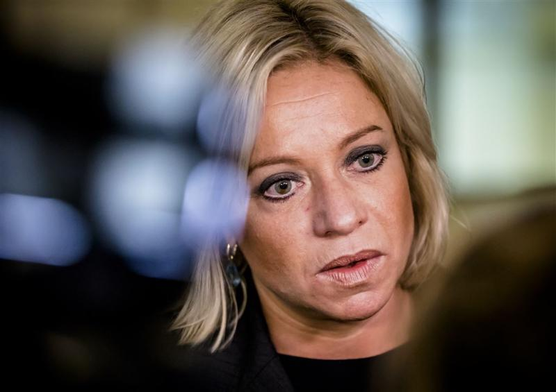Nederlanders verdeeld over aftreden Hennis