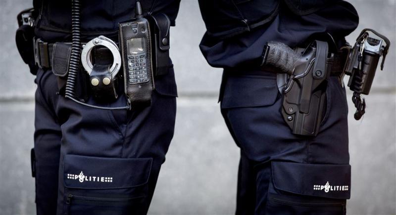 Nieuwe zwarte handboeien voor politie
