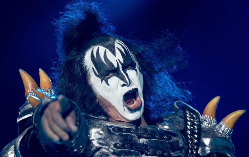 Kiss laat publiek trouw zweren aan vlag
