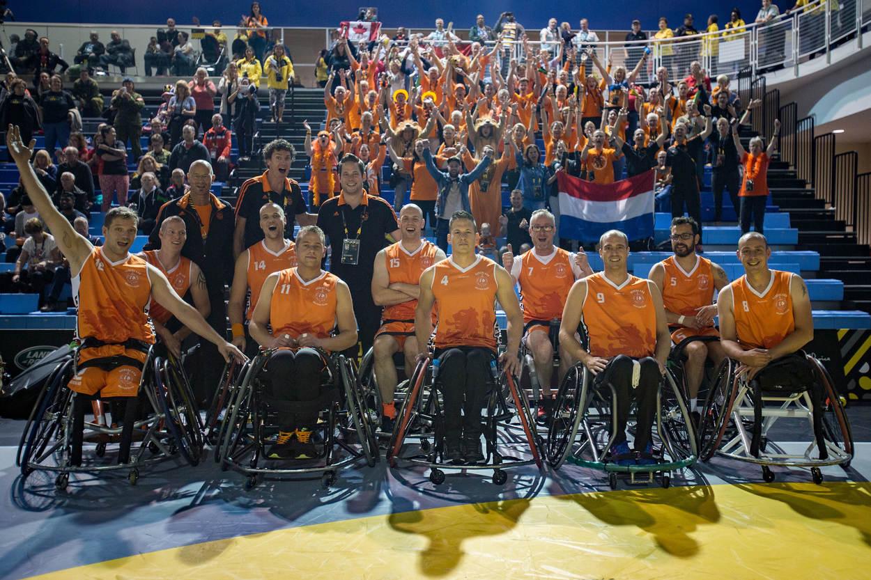 Blije rolstoelbasketballers voor de tribune met juichende fans na de wedstrijd tegen Canada (Foto: Ministerie van Defensie)