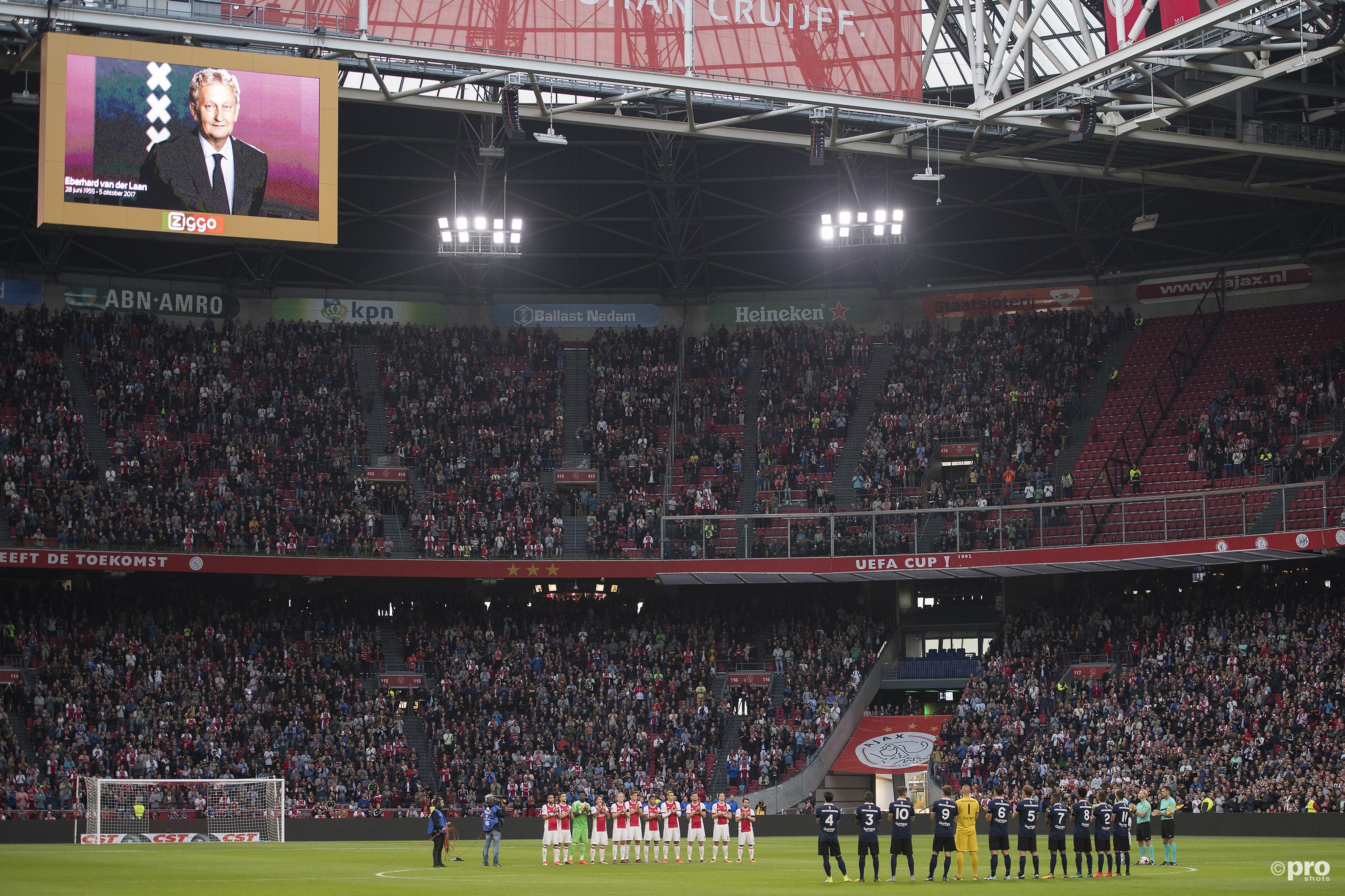 Ajax herdenkt burgemeester Van der Laan. (PRO SHOTS/Jasper Ruhe)