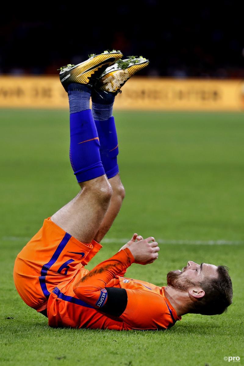 Tijdens de wedstrijd van het Nederlands elftal tegen Zweden troffen we Vincent Janssen zo aan, wat is hier gaande? (Pro Shots / Stanley Gontha)
