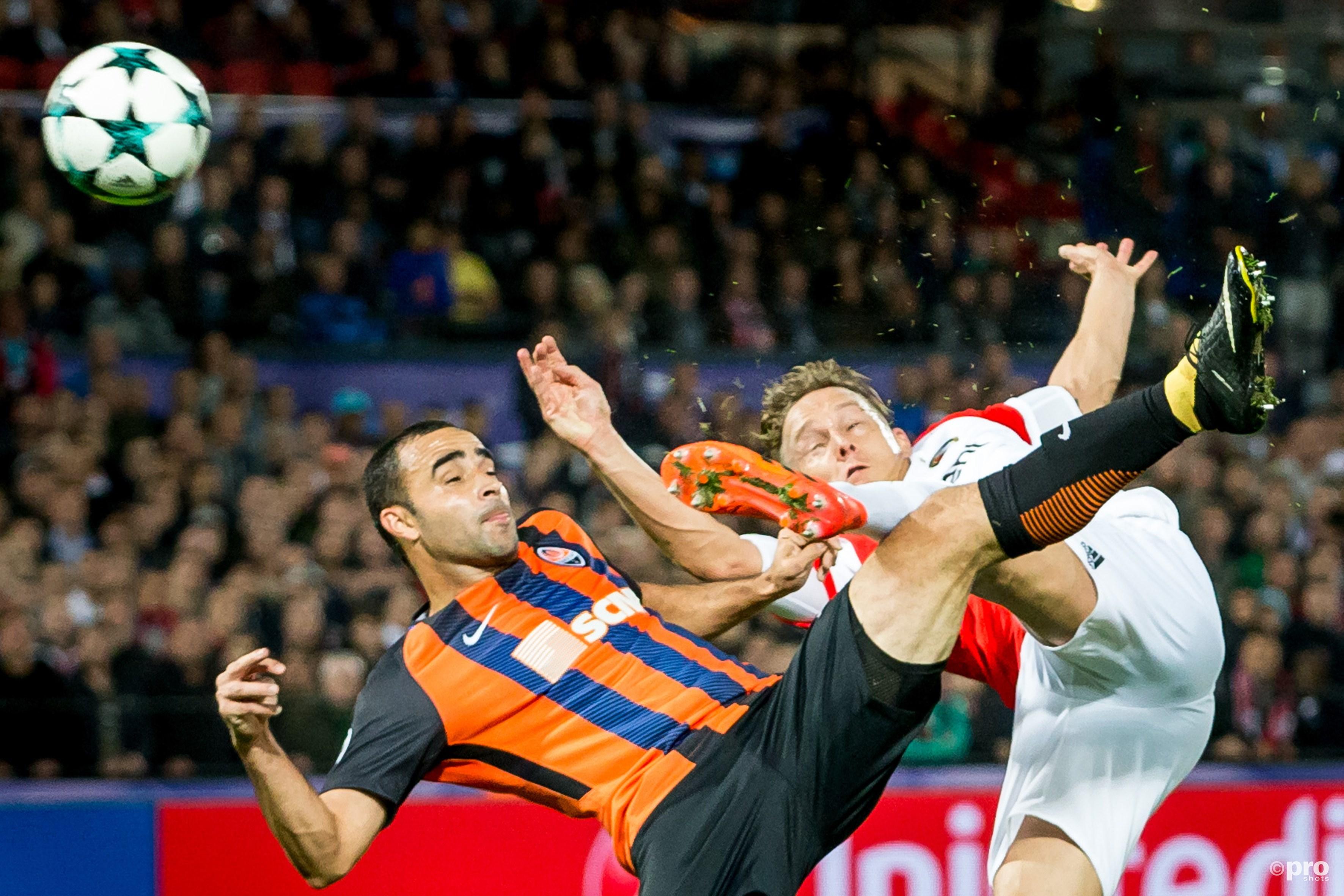Shakhtar Donetsk speler Ismaily (l) in duel met Feyenoord speler Jens Toornstra (r). (PRO SHOTS/Kay Int Veen)