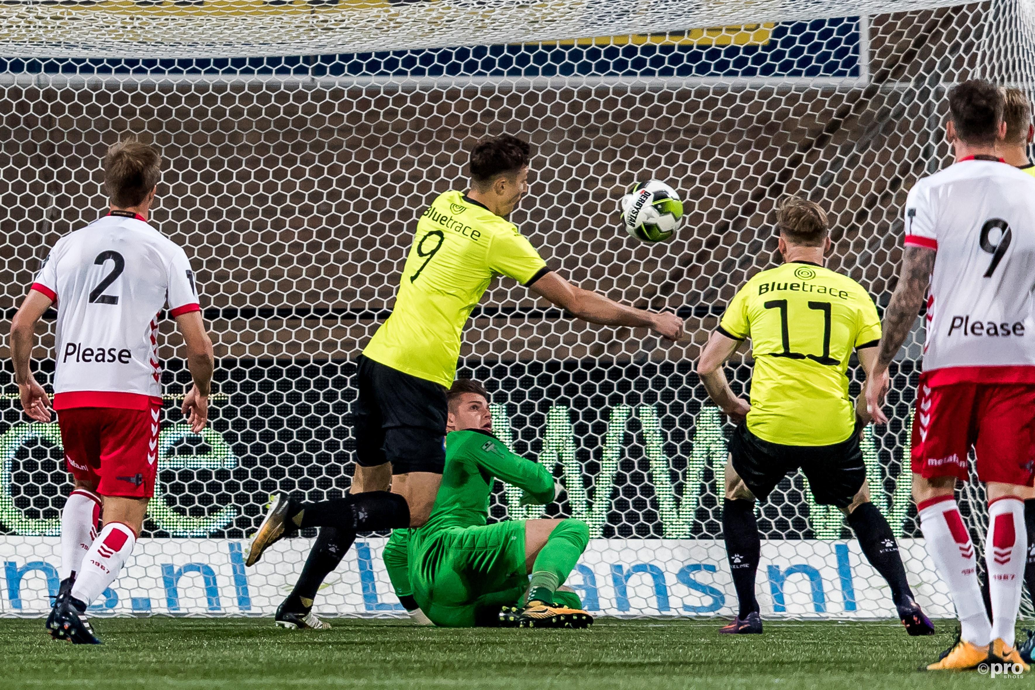 keeper Stijn van Gassel kansloos bij de 0-1 van SC Telstar speler Andrija Novakovich. (PRO SHOTS/Marcel van Dorst)