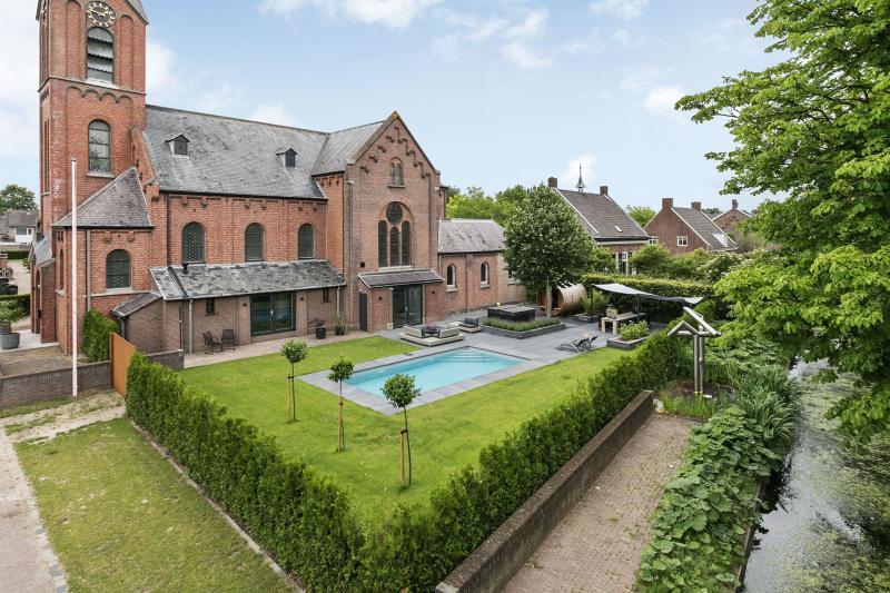 Kerk met privézwembad (Foto: Funda)