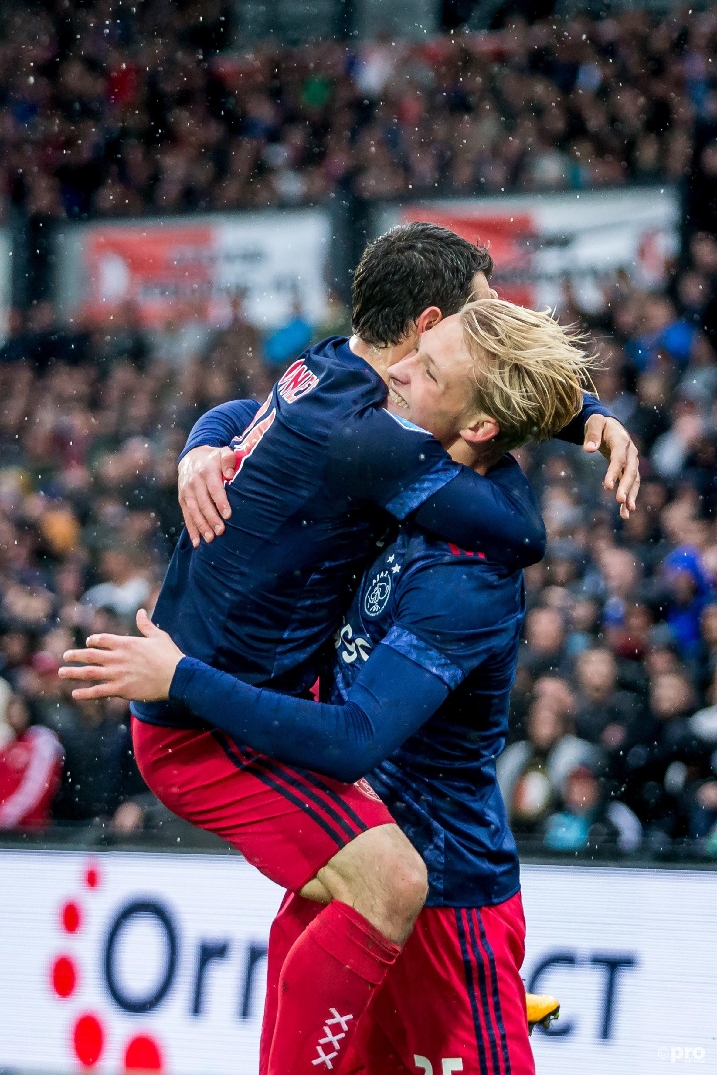 Amin Younes viert de 1-2 met Kasper Dolberg. (PRO SHOTS/Kay Int Veen)