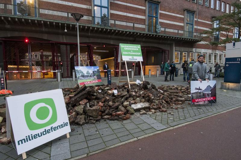 Milieudefensie dumpt gaspuin op stoep Ministerie (Foto: Michiel Wijnberg / Milieudefensie)