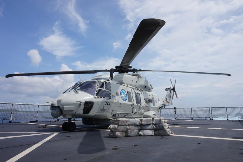 De NH-90 aan boord van Zr. Ms. Zeeland met de cocaïnevangst. (Foto: Ministerie van Defensie)
