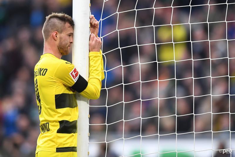 We zagen Dortmund-speler Andrey Yarmolenko op deze bijzondere manier staan tijdens de wedstrijd van Borussia tegen Hannover, wat is hier gaande? (Pro Shots / Witters)
