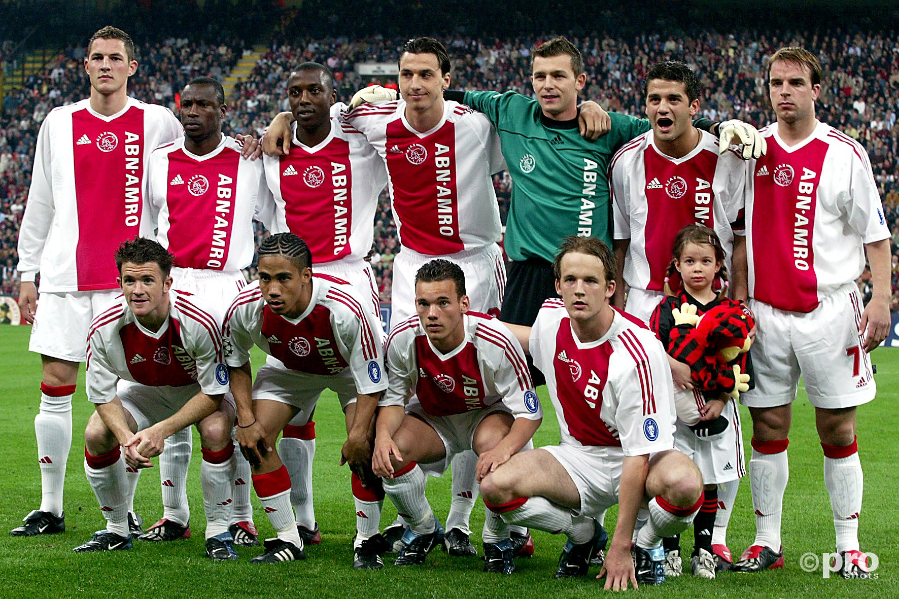 Yakubu (staand, tweede van links) voorafgaand aan de kwartfinale van de Champions League tegen AC Milan in 2003 (PRO SHOTS/Stanley Gontha)