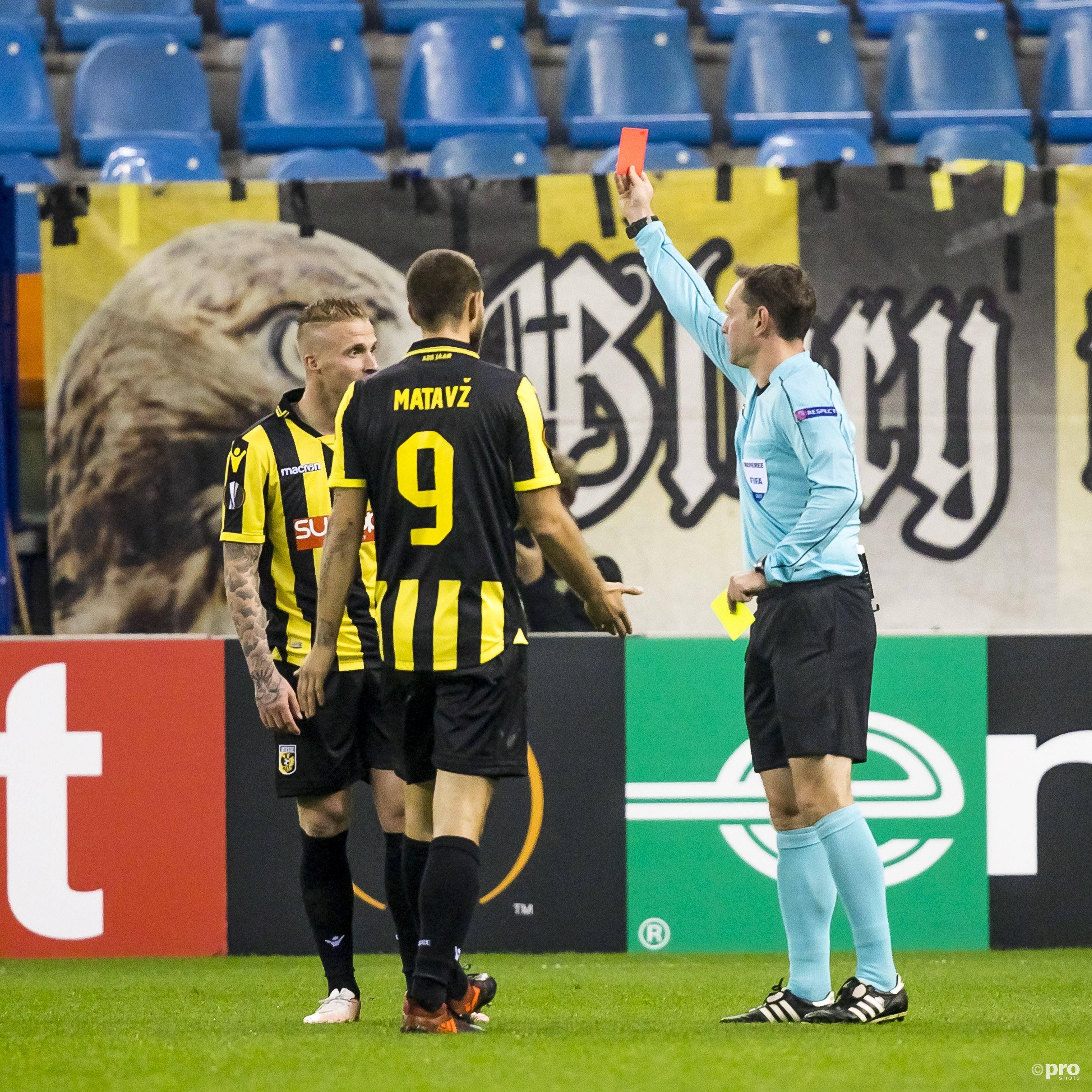 Scheidsrechter Yevhen Aranovskiy (R) geeft Alexander Buttner (L) de rode kaart (2x geel).