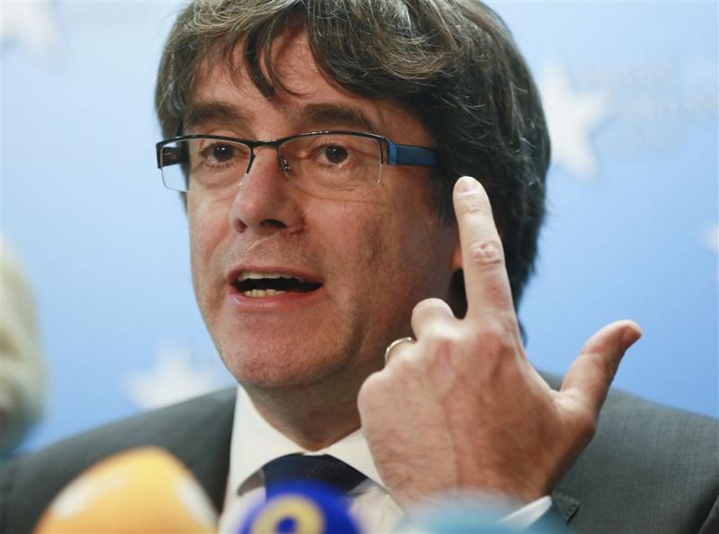 Catalaanse leider Puigdemont geeft zich aan